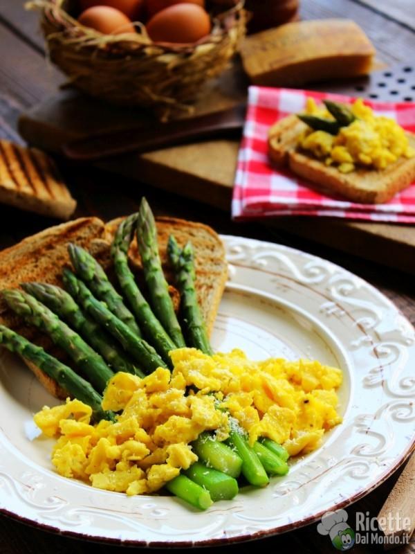 Come fare gli asparagi con uova e pane bruschettato