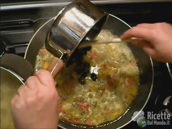 Unire le acciughe e le olive alla calamarata