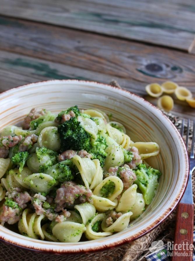 Come fare orecchiette con broccoli e salsiccia