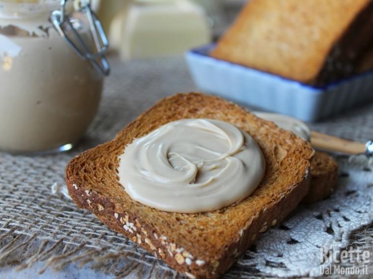 Crema spalmabile al cioccolato bianco fatta in casa