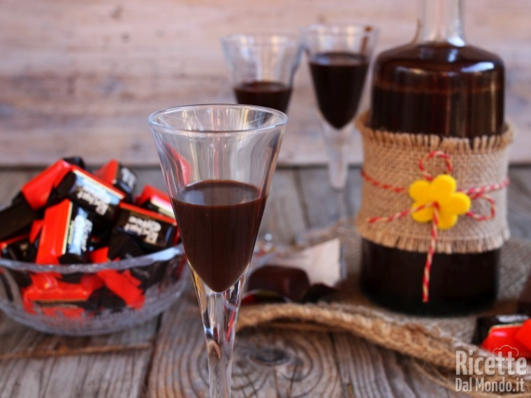 Liquore al gusto di pocket coffee fatto in casa