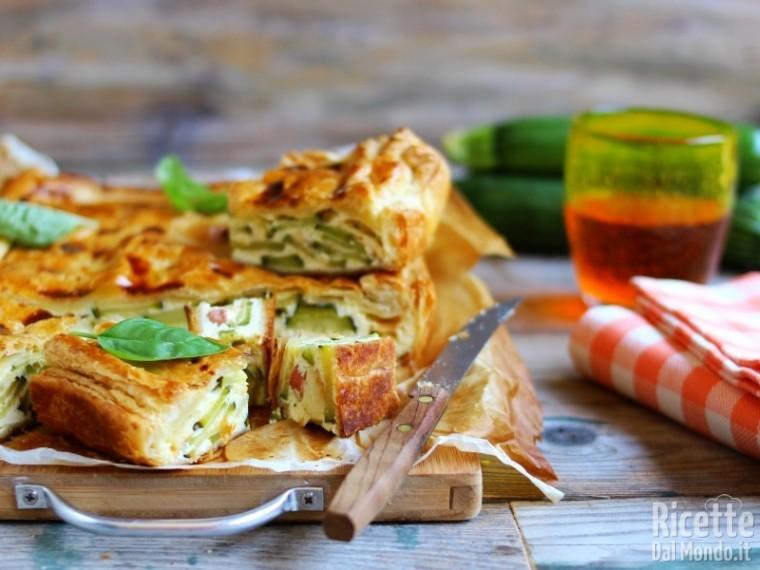 Torta salata zucchine e wurstel di pasta sfoglia
