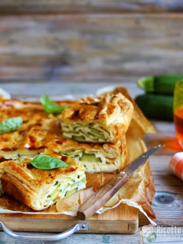 Torta salata zucchine e wurstel con pasta sfoglia