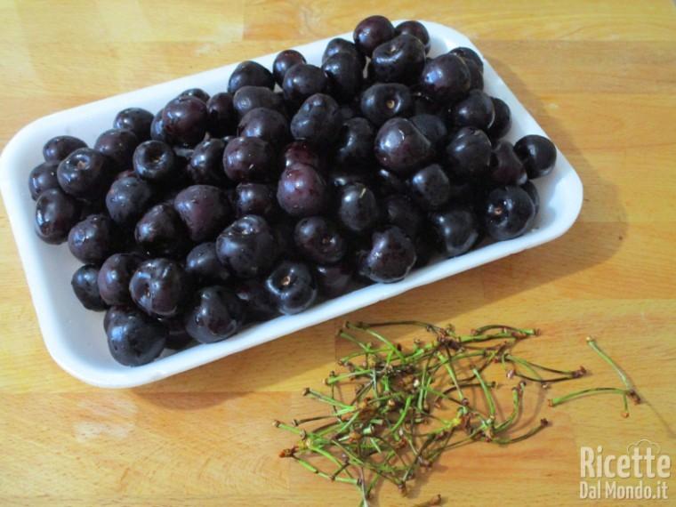 Lavare le ciliegie e staccare il picciolo