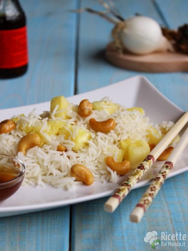 Come fare il riso fritto con ananas e anacardi