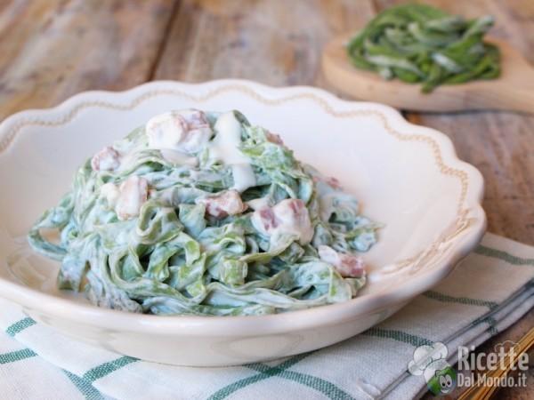 Ricetta tagliatelle verdi con panna e pancetta