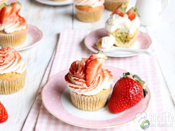 Cupcakes panna e fragole decorati