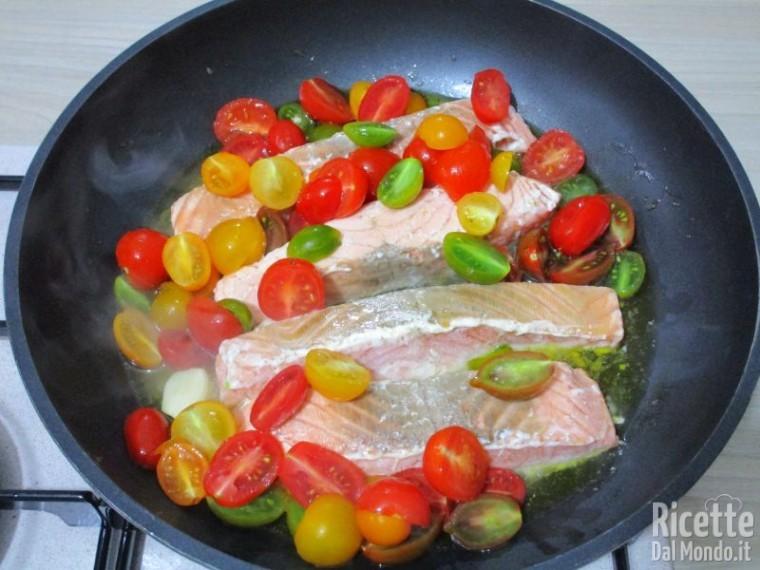 Salmone in padella con pomodorini 6