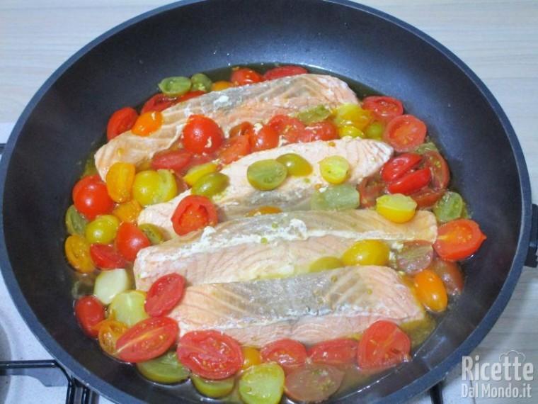 Salmone in padella con pomodorini 7