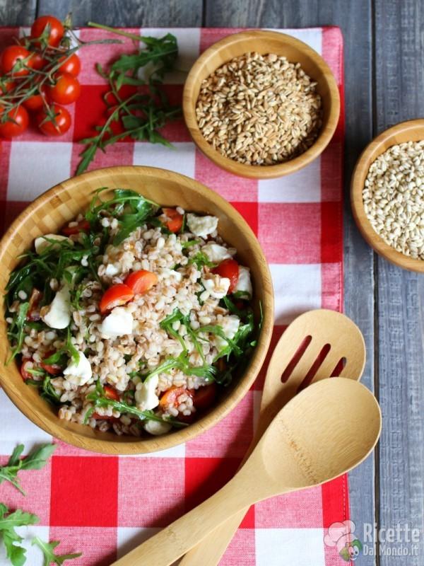 Come fare l'insalata fredda di orzo, farro e grano