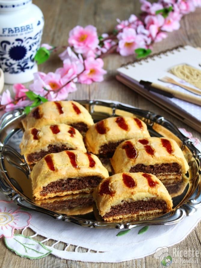 Biscotti all 39 amarena napoletani - Glassa a specchio su pan di spagna ...