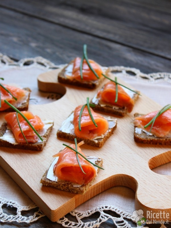Come fare le Tartine al salmone affumicato