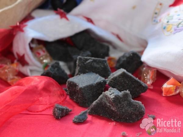 Il carbone dolce di zucchero della befana