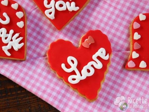 Biscotti di san Valentino a cuore decorati in pdz