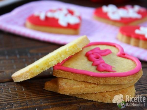 Biscotti di san Valentino a cuore decorati con ghiaccia