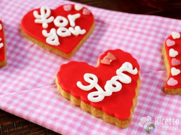 Biscotti di san Valentino a cuore decorati rossi