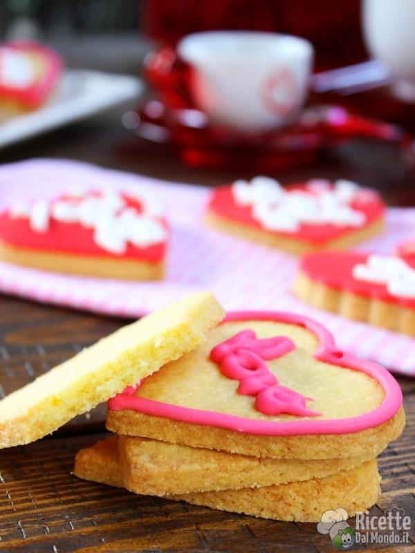Biscotti di san Valentino a cuore decorati friabili