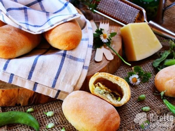 Panini ripieni di fave e pecorino