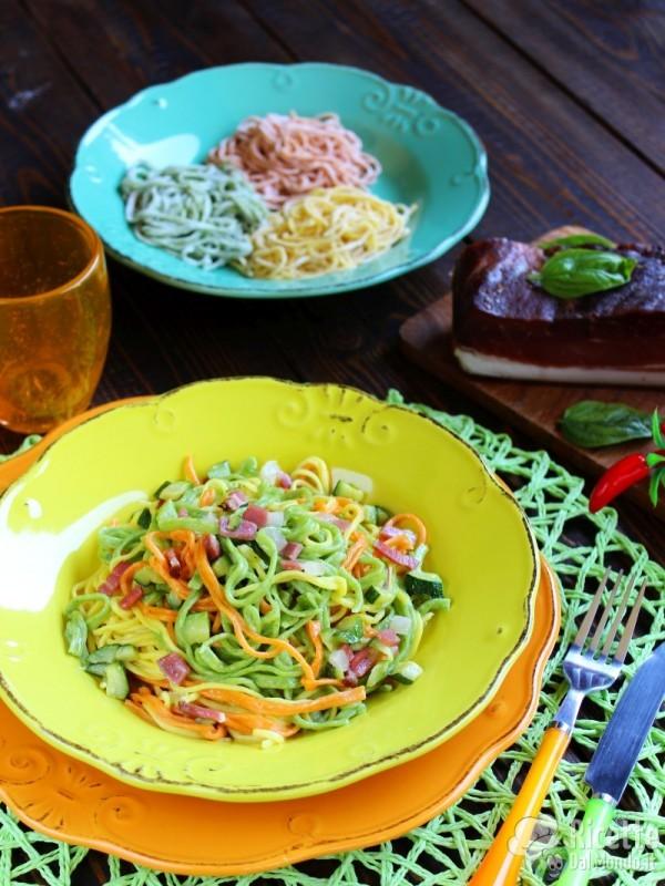 Ricetta semplice dei tagliolini colorati con zucchine e speck