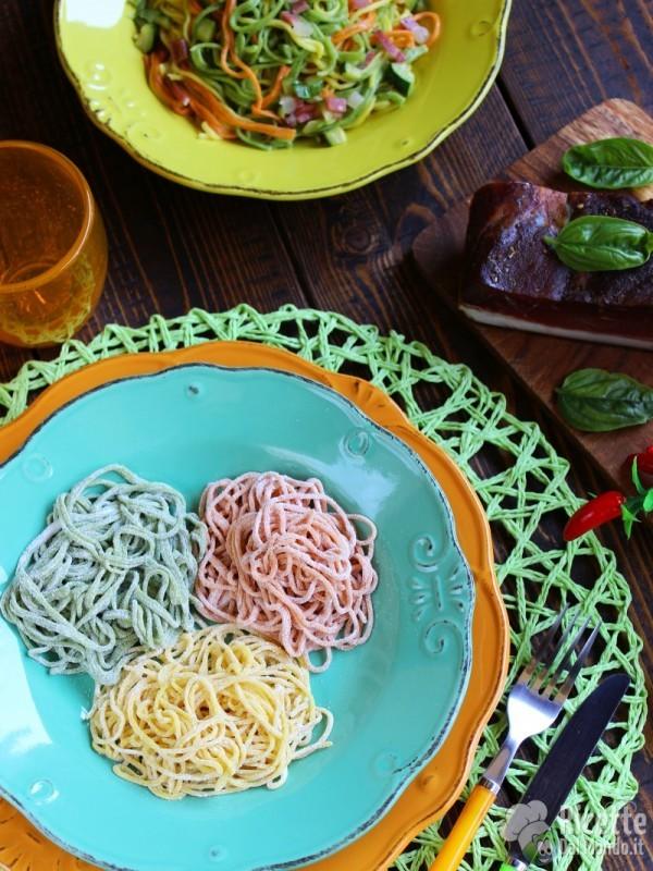 Gustosi tagliolini colorati con zucchine e speck