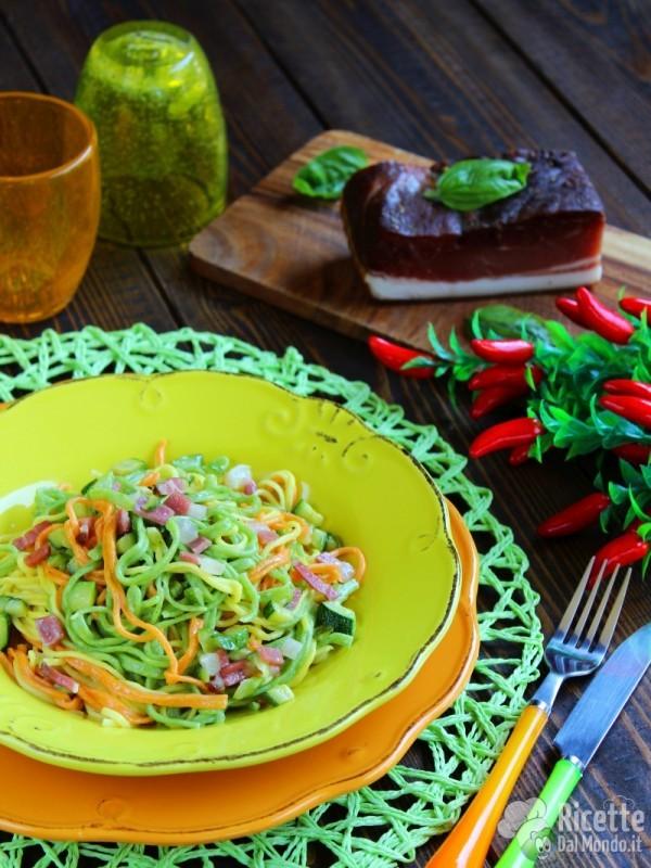 Vivaci tagliolini colorati con zucchine e speck