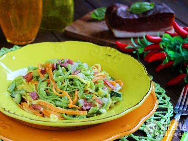 Come fare i tagliolini colorati con zucchine e speck