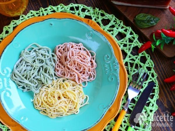 Semplici tagliolini colorati con zucchine e speck