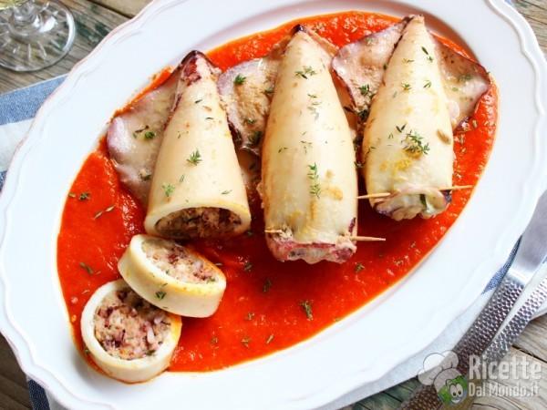 Calamari ripieni con salsa di peperoni in padella