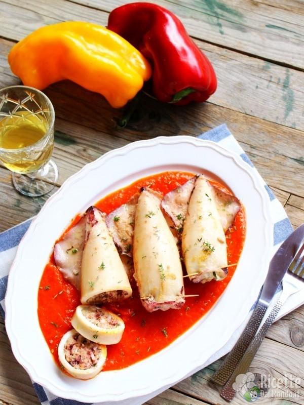 Come fare i calamari ripieni con salsa di peperoni