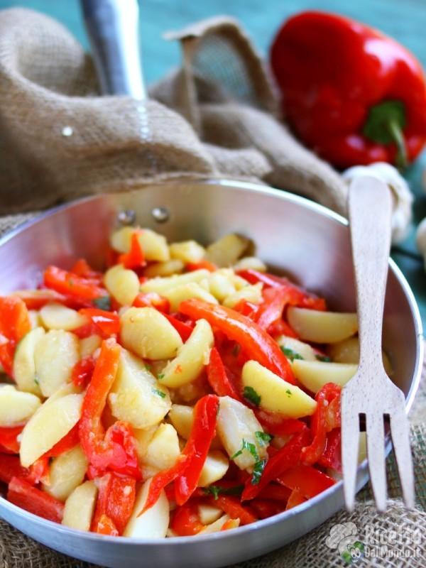 Semplici peperoni e patate in padella