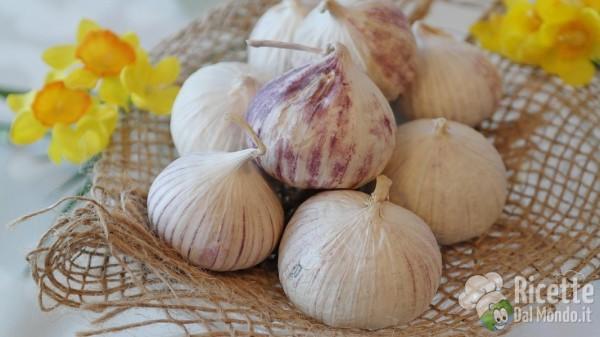 10 insoliti utilizzi del forno a microonde: sbucciare gli spicchi d'aglio