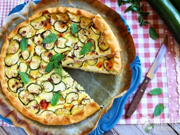Torta salata di brisè con zucchine e bacon ricca