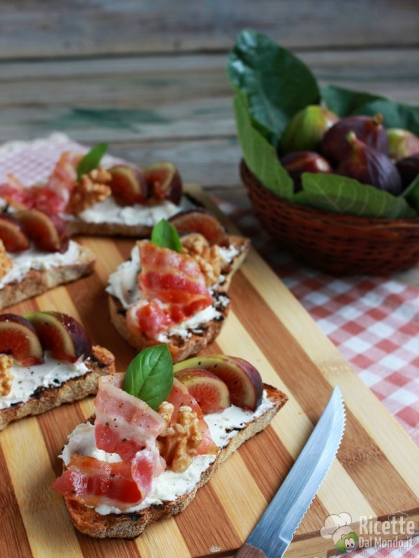 Come fare le bruschette di fichi e bacon croccante