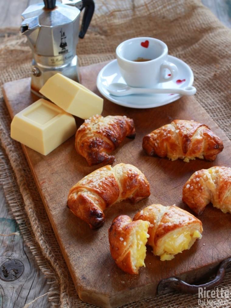 Croissant al cioccolato bianco di pasta sfoglia