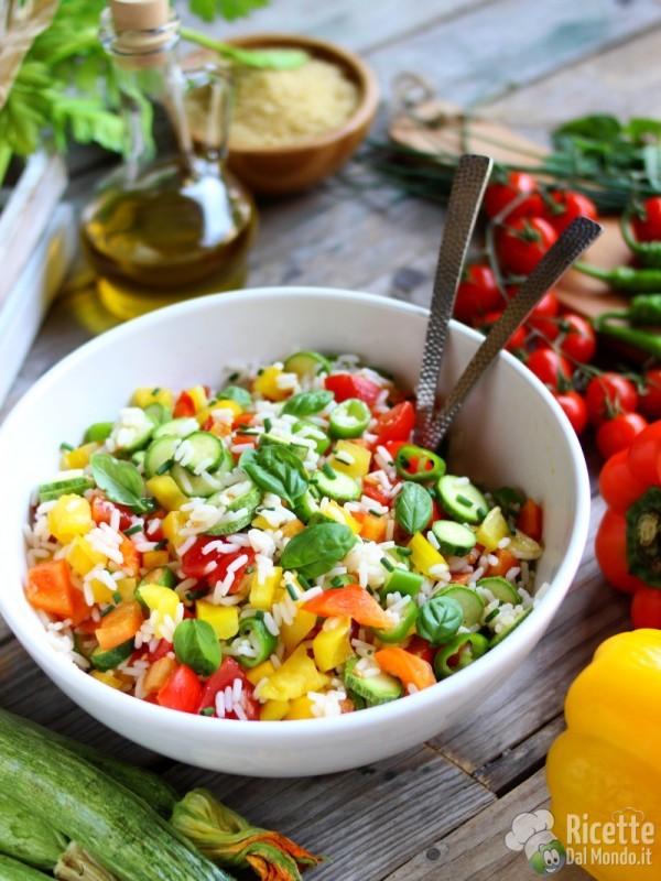Come fare una insalata di riso con verdure crude