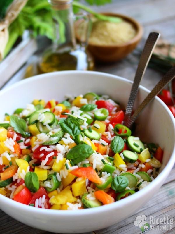 Semplice insalata di riso con verdure crude
