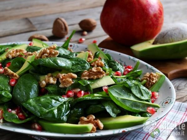 Come fare l'insalata di spinacini con avocado e melagrana