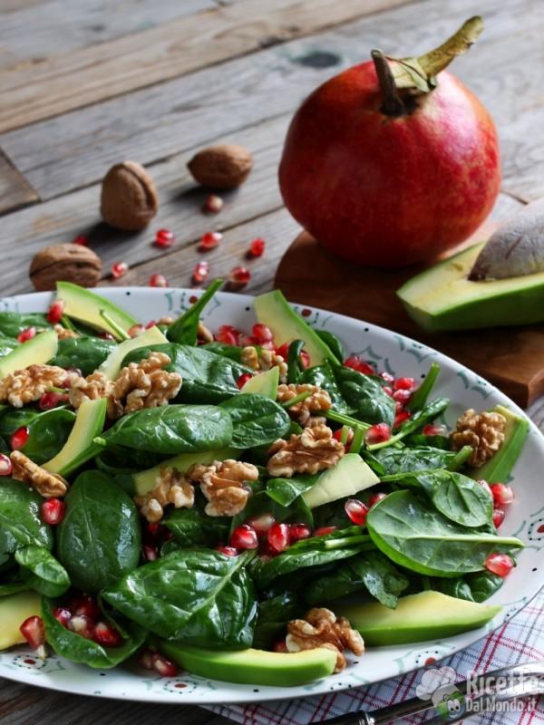 Semplice insalata di spinacini con avocado e melagrana