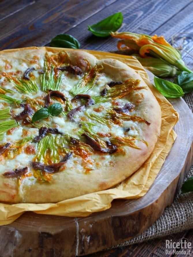 Come fare la pizza con fiori di zucca e alici fatta in casa