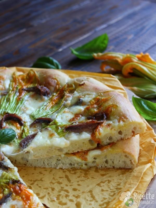 Semplice pizza con fiori di zucca e alici