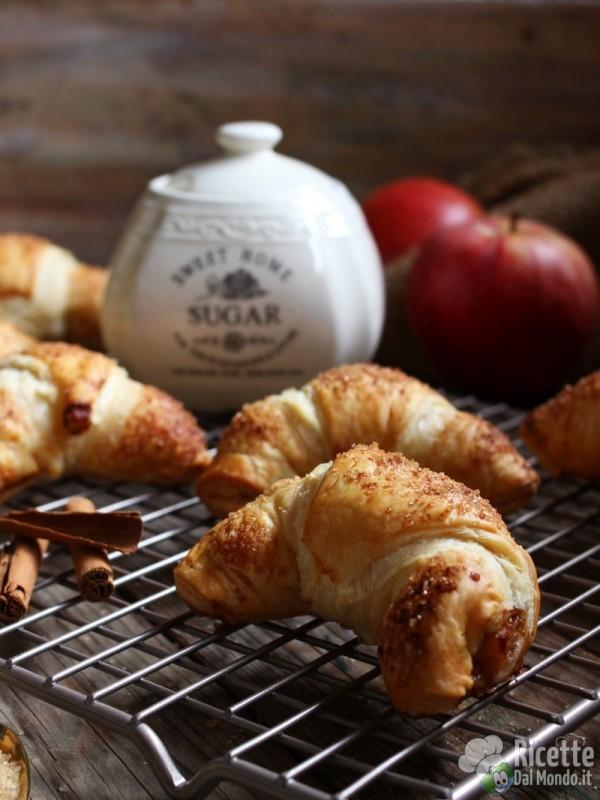 Semplici croissant di pasta sfoglia alle mele