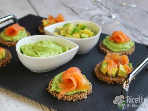 Ricetta tartine con avocado e salmone