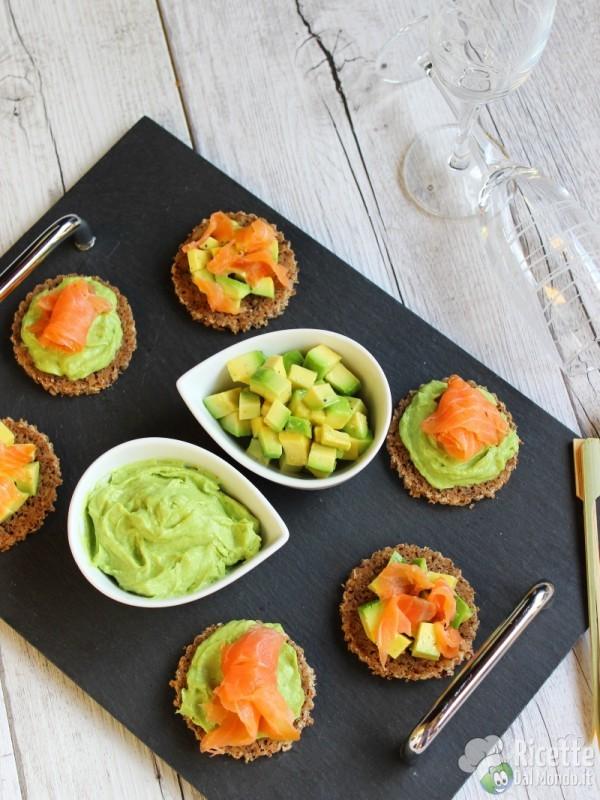 Come fare le tartine con avocado e salmone