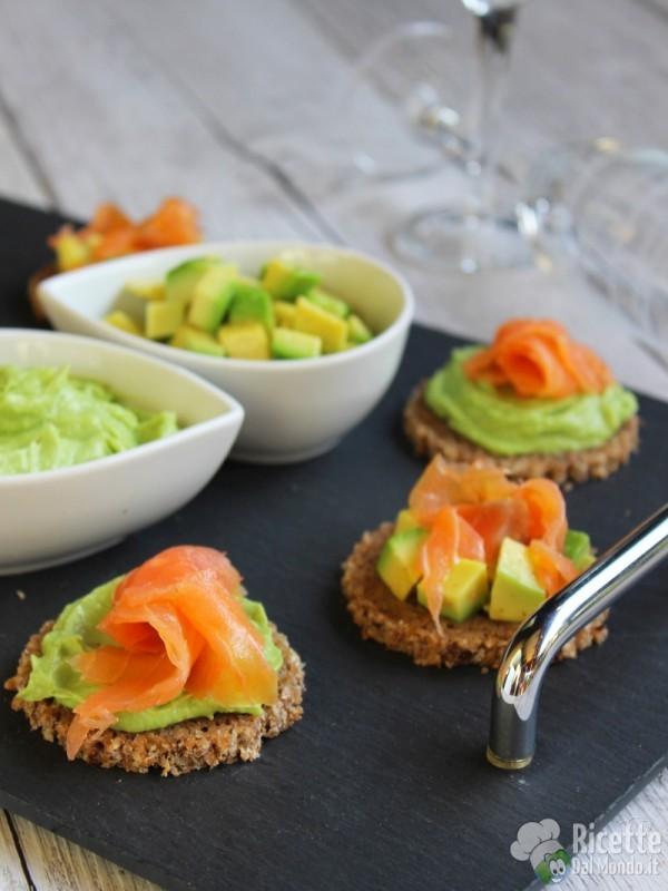 Semplici tartine con avocado e salmone