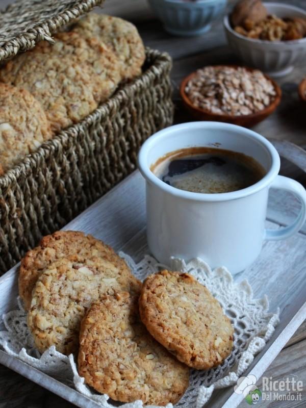 Semplici biscotti ai fiocchi d'avena con mandorle e noci
