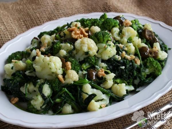 Come fare l'insalata invernale di cavoli