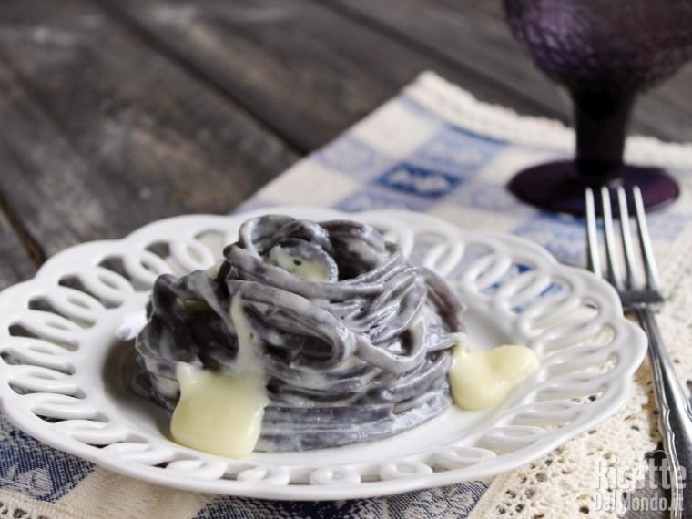 Semplici fettuccine ai mirtilli con fonduta di taleggio
