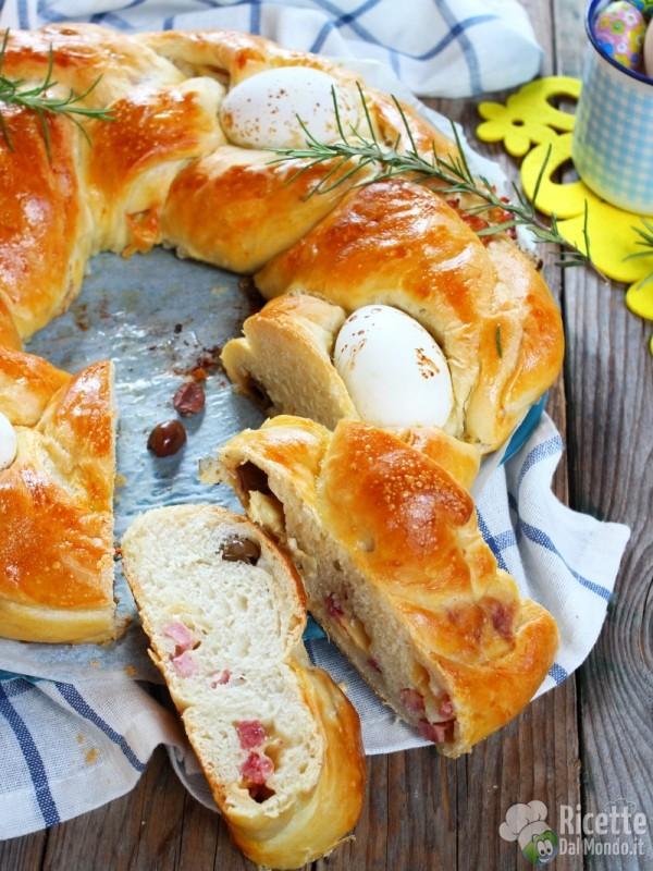 Treccia farcita di Pasqua con le uova