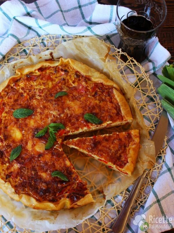 Semplice Torta salata con porri, peperoni e fontina