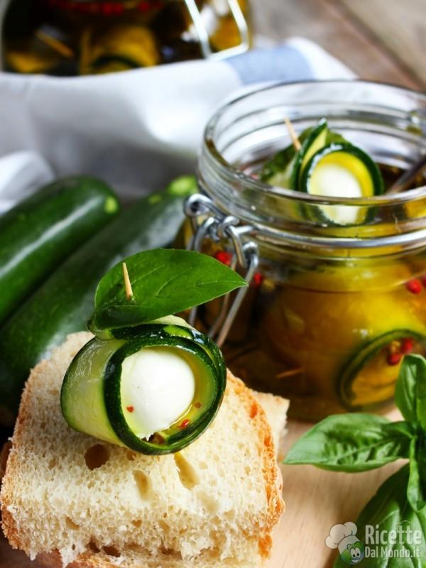 Come fare gli involtini di zucchine e ciliegine di mozzarella